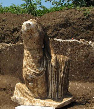 Una delle statue (la Repubblica.it)